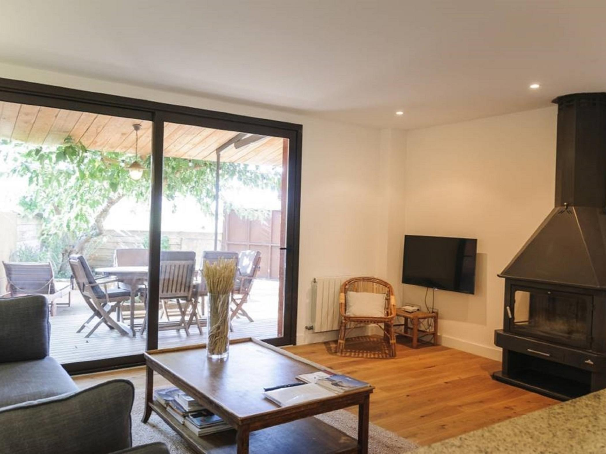 Living room with fireplace and terrace views - Apartment for rent in Sant Jordi Desvalls, Diana, Gir